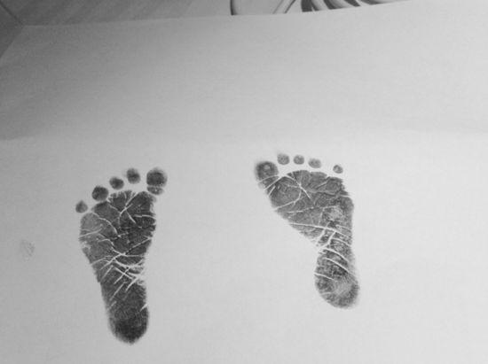 大S微博附上女儿的小脚印