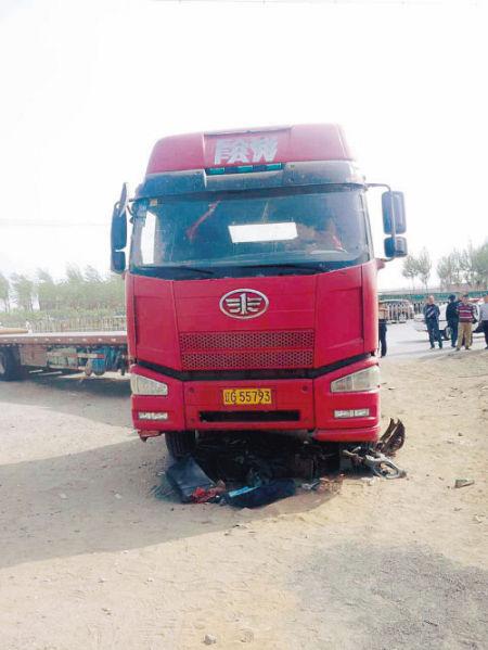 大货车将电动车轧得支离破碎。