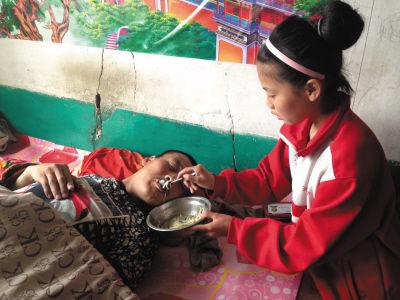 每天放学回家帮爷爷做饭,饭好了,她先喂饱爸爸,自己才吃饭。