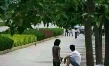 女孩给男孩下跪(图片来源于网络)