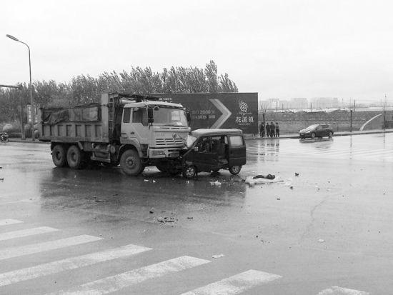 微面前脸被大货车撞瘪。报料人供图