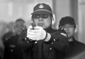 民警参加射击训练