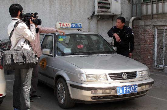 这辆车违法调头被交警拦下。