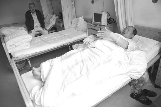 环卫工老王讲述踩翻井盖受伤经过。半岛晨报、海力网摄影记者张腾飞 实习生张居平