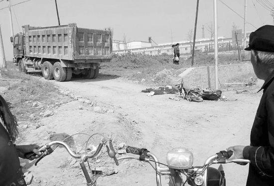 附近居民说,近半年里,拉土大货车超载作业的情况十分严重。