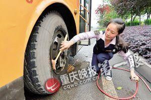 熊跃林正在洗车