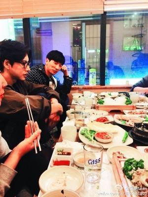 张亮在微博贴出与朴海镇在韩国首尔聚餐的照片,并表示吃到美食,值得大赞。