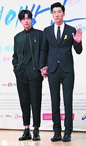 两位长腿男神朴海镇(左)和张亮(右),手牵手出席韩剧《Doctor异乡人》的发布会。