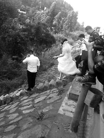 新娘赶时间跑下高速