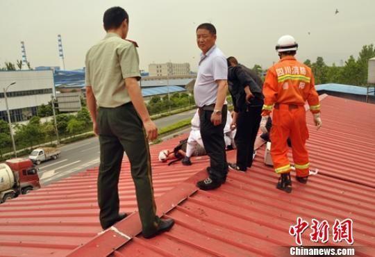 救援人员在楼顶找到受伤的男子。