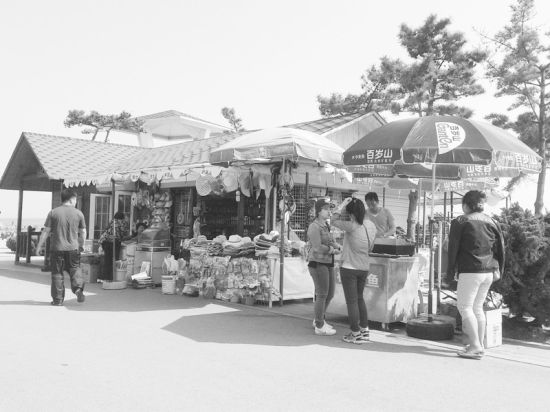 傅家庄小摊3天里光太阳帽卖了近百顶。