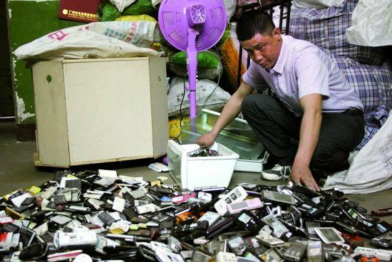沈阳市每年约产生240余万部废旧手机。 本报记者 李英博摄