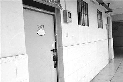 中山大学一男生公寓楼二楼自杀研究生蔡洁挺的宿舍。门上的封条已被撕去。