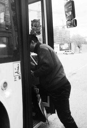 当哈先生再次持证乘坐该路公交车时司机给予放行