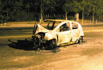 一车起火被烧成空架子。