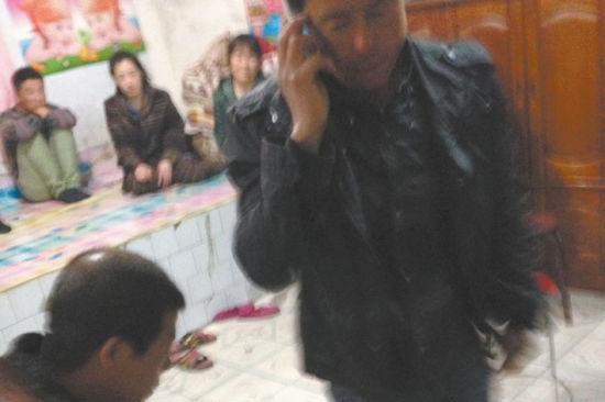 昨日,沈阳市新民市洪家屯村发生一起因为农田引发的命案,洪昆山先后杀死了洪立臣和张玉华夫妇。晚上,死者洪立臣家里聚集了许多亲友。