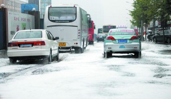 昨日降雨是今年以来最大的一场降水,图为昨日早9时,华北路出现大面积积水