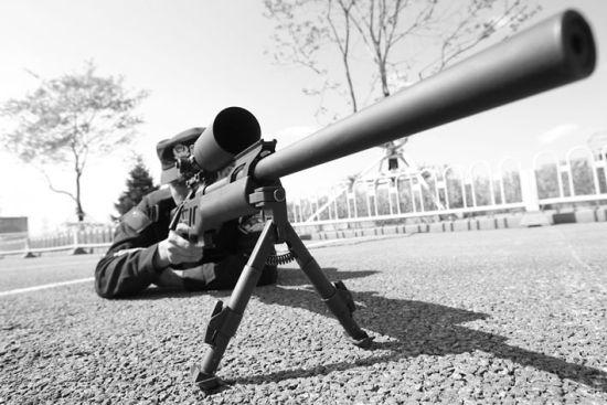 03式高精度狙击步枪。