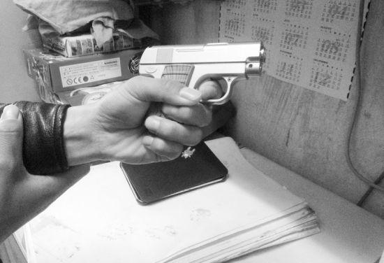 文具店里销售的仿真枪 半岛晨报、海力网摄影记者张腾飞