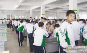 学生们在食堂站着吃饭。