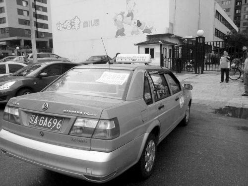 出租车堵住小区不挪窝儿。