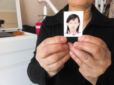 家人拿出谢孟珈的证明照。
