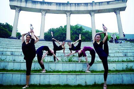 罗同学和舞蹈队的几位好姐妹在校园标志景点罗马广场上摆拍