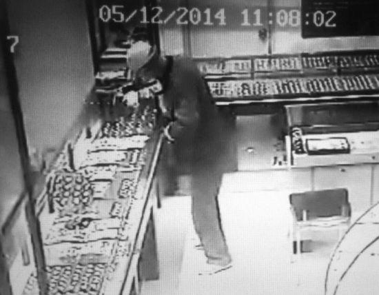 12日中午11时53分,马某走进金店,掏出刨锛,朝金饰品柜台玻璃猛砸两下,刨锛断裂。