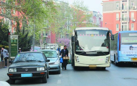 车辆乱停乱放一直是城市治理的顽疾,随着机动车的迅猛增长,人、车、路之间的矛盾也越来越多。有市民认为,机动车的乱停乱放给自己的生活造成了极大的影响。记者在调查中发现,明知故犯已经成了不少驾驶员的习惯。   公交很无奈   离公共汽车站多少米不得停车?   在机动车驾驶员科目一考试题库里,有这样一道题,公交车以外的机动车在公共汽车站____以内的路段,不得停车。 答案是:30米。但现实生活中,有多少除公交车司机以外的驾驶员做到了不在公共汽车站30米以内路段停车呢?   以甘井子区泡崖小区为