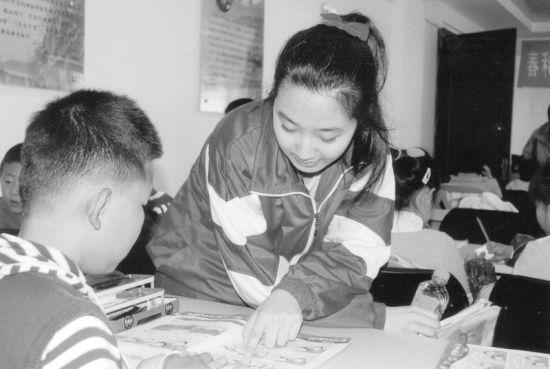 赵芯悦也是一个学生,给这些小学生辅导,像个大姐姐一样。让他们倍感亲切。