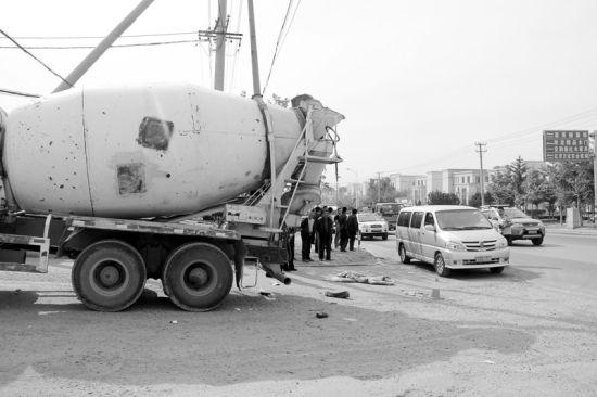 昨日早6时许,一辆水泥罐车在转弯时,将一名骑摩托车的7旬老汉刮倒,老人被碾轧身亡。半岛晨报、海力网摄影记者张腾飞