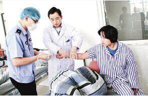 法医在采集杨咏的血样