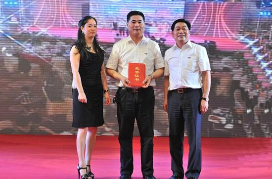 图为圆通速递董事长喻渭蛟(右)、董事副总裁张小娟(左)。
