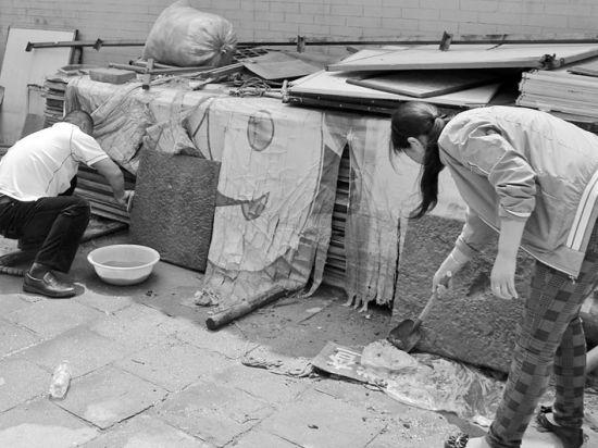 """昨日,工作人员在对挖出的距今400多年前的""""泥石碑""""进行清洗。"""