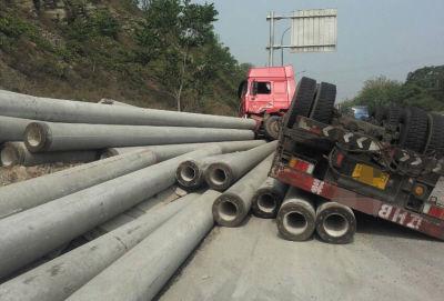 一根水泥杆重达1吨半,所幸事故未致人员伤亡。