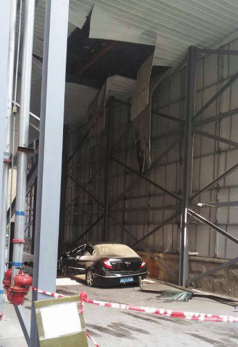 黑色轿车意外落下,一楼天棚被击穿。