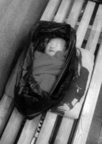 女婴脐带未剪断被丢弃盘锦地下商业街