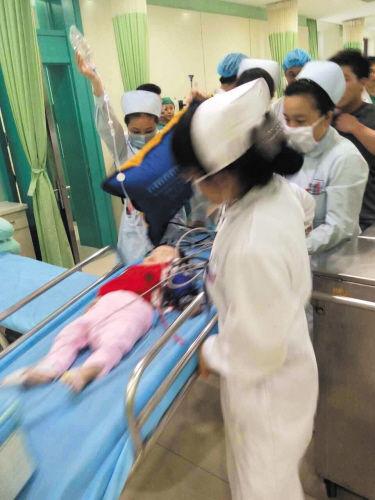 医务人员对女婴紧急救治