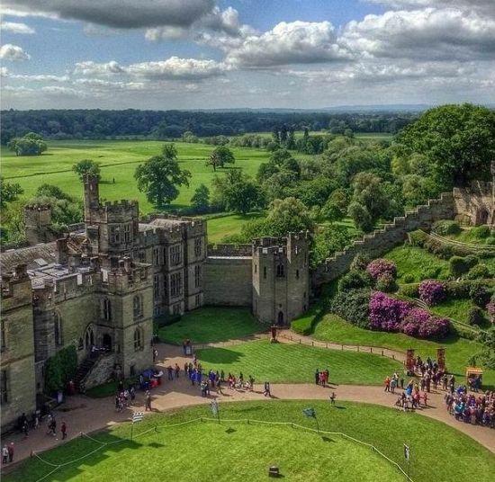 高圣远在社群网站po上参观英国古堡住所图片。
