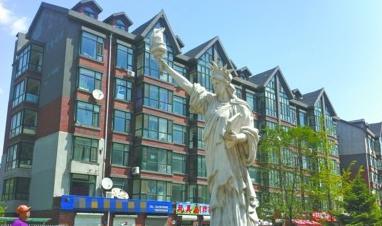 富城国际花园小区内的自由女神像已经有些破损。