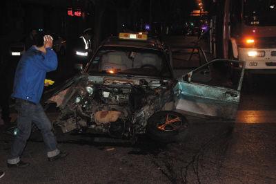 ▲出租车被撞毁,司机受伤。