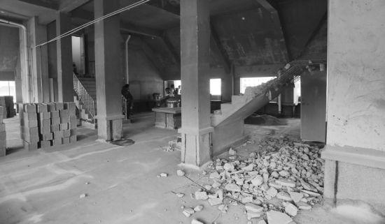 楼顶楼梯被砸准备砌墙。半岛晨报、海力网摄影记者孙振芳