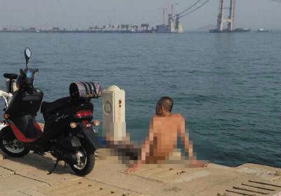 有人在海边裸体晒太阳。