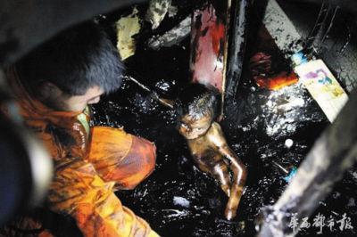"""消防官兵将孩子从沥青内""""抠出来""""。"""