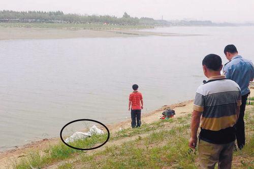 男子下丁香湖挂网捞鱼。