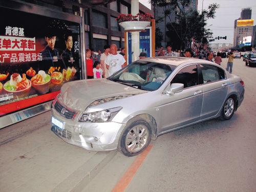 无人驾驶的轿车冲进公交站内。