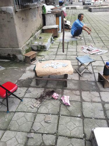 砸伤居民的雨檐碎片(画圈处)有2厘米厚。