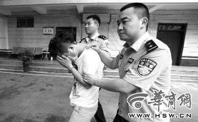 嫌疑人高某被民警带往讯问室讯问
