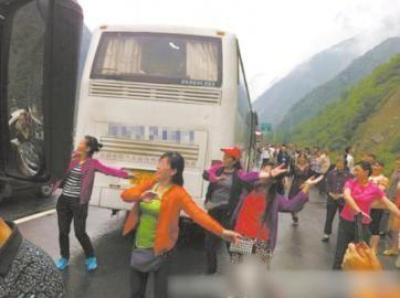 五位大妈在高速路上跳广场舞。(图据网络)