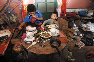 ▲晚饭后,懂事的宝宝和阳阳帮外婆收拾碗筷。